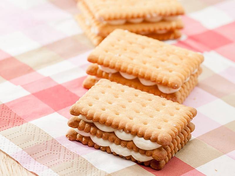 Rebalance sugars, an irresistible sandwich biscuit at optimum cost